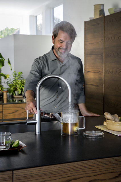 Quooker Flex man making tea